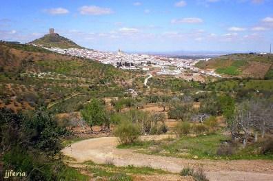 El pueblo a la vista desde el camino de la Zorra